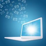 Los correos electrónicos vuelan de la pantalla del ordenador portátil Fotos de archivo libres de regalías