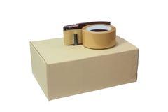 Los cortes de la cinta de OPP y la nueva caja Foto de archivo libre de regalías