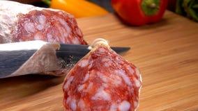 Los cortes del cocinero movieron de un tirón la salchicha con el cuchillo metrajes
