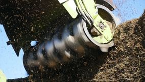 Los cortes del tractor hacen heno en una granja metrajes