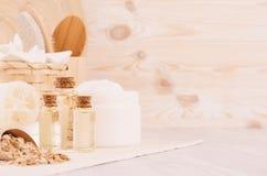 Los cosméticos amarillos engrasan, los cereales y la crema blanca, accesorios de la harina de avena del baño en el estante de mad Foto de archivo libre de regalías
