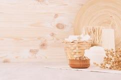 Los cosméticos blancos hechos en casa orgánicos y la harina de avena cruda forma escamas, los accesorios del baño en el fondo de  Fotos de archivo libres de regalías