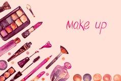 Los cosméticos decorativos, componen la colección de la materia en la paleta suave rosada, ejemplo pintado a mano de la acuarela, stock de ilustración