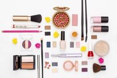 Los cosméticos del maquillaje cepillan el polvo del esmalte de uñas, el condensador de ajuste, y otros accesorios en la opinión s Imagen de archivo