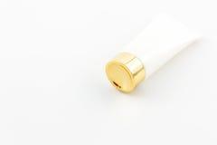 Los cosméticos embotellan, el tubo de empaquetado en blanco blanco Fotos de archivo libres de regalías