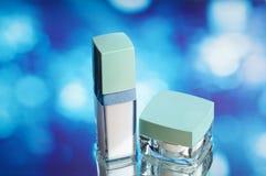 Los cosméticos embotellan en el agua Foto de archivo