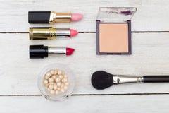 Los cosméticos femeninos mienten en un fondo de madera Visión desde arriba Fotos de archivo libres de regalías