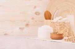 Los cosméticos hechos en casa blancos rústicos fijaron de los productos del naturel para los accesorios del cuidado y del baño de Imagenes de archivo