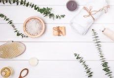 Los cosméticos y los accesorios para el cuerpo lo cuidan encendido la tabla de madera blanca Foto de archivo libre de regalías