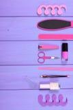 Los cosméticos y los accesorios para la manicura o pedicura, concepto de pie, mano y clavo cuidan, copian el espacio para el text Foto de archivo