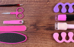 Los cosméticos y los accesorios para la manicura o pedicura, concepto de pie, mano y clavo cuidan, copian el espacio para el text Imagenes de archivo