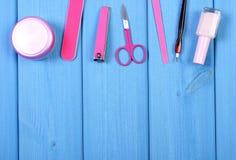 Los cosméticos y los accesorios para la manicura o pedicura, concepto de pie, mano y clavo cuidan, copian el espacio para el text Imágenes de archivo libres de regalías