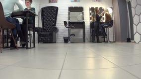 Los cosmetólogos femeninos hacen diversos procedimientos y servicios en salón de belleza almacen de metraje de vídeo