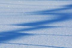 Los cristales de hielo en un azul empañaron el fondo nevoso Imagen de archivo