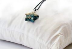 Los cristales del metal del collar protagonizan colorido en vintage de la almohada del respaldo Imagenes de archivo