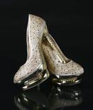 Los cristales encrusted los zapatos del oro fotografía de archivo libre de regalías