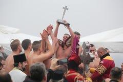 Los cristianos ortodoxos celebran epifanía con la natación tradicional del hielo imágenes de archivo libres de regalías