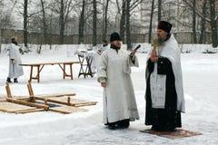 Los cristianos ortodoxos participan en un bautizo Fotos de archivo libres de regalías