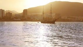 Los Cristianos strand in Arona Tenerife zuiden uitstekende boot bij Canarische Eilanden stock footage