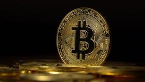Los cryptocurrencies del bitcoin de las monedas de oro aparecen y desaparecen en un fondo negro Cierre para arriba almacen de metraje de vídeo