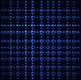 Los cuadrados azules, tubos abstractos que cruzan, metal los pedazos, fondo oscuro Imagenes de archivo