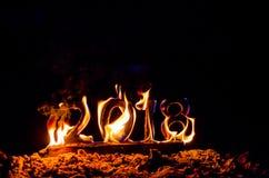 Los cuadros de madera 2018 se queman en una llama Final conceptual de la foto del año fotos de archivo
