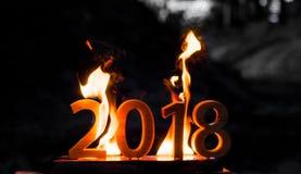 Los cuadros de madera 2018 se queman en una llama Final conceptual de la foto del año imagenes de archivo