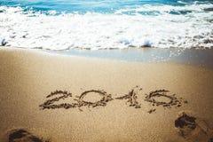 Los cuadros onda 2016 del mar con espuma lavan la arena en la playa en Alan Fotografía de archivo