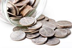 Los cuartos 25 centavos cambian monedas en un tarro de cristal Imagen de archivo