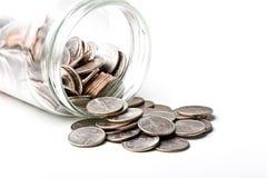 Los cuartos 25 centavos cambian monedas en un tarro de cristal Imagenes de archivo