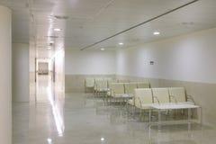 Los cuartos de la zona y de la cirugía de espera en la clínica se centran fotografía de archivo