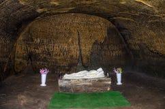 Los cuartos tallaron en la roca con las puertas y las ventanas en el monasterio de la cueva en las colinas cárpatas Rozhirche Fotos de archivo
