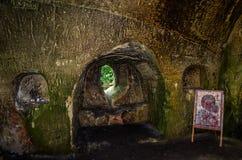 Los cuartos tallaron en la roca con las puertas y las ventanas en el monasterio de la cueva en las colinas cárpatas Rozhirche Foto de archivo