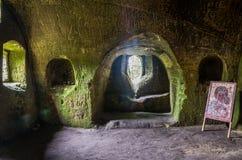 Los cuartos tallaron en la roca con las puertas y las ventanas en el monasterio de la cueva en las colinas cárpatas Rozhirche Fotos de archivo libres de regalías