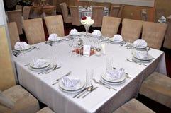 Los cubiertos con las flores coloridas, la joyería y las velas perfumadas se ponen en las mesas redondas para las bodas tradicion Fotos de archivo libres de regalías