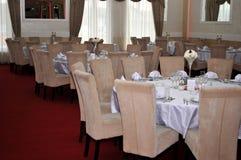 Los cubiertos con las flores coloridas, la joyería y las velas perfumadas se ponen en las mesas redondas para las bodas tradicion Imagenes de archivo