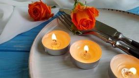 Los cubiertos del símbolo del presente de la cámara lenta de Rose festivos celebran sorpresa romántica romántica elegante