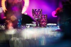 Los cubiletes de cristal en la tabla fijaron para casarse la tabla Fotos de archivo