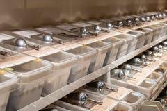 Los cubos de especias y de comidas enteras se alinearon en una tienda, cucharadas en el top imagen de archivo libre de regalías