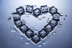 Los cubos de hielo en la forma de un corazón derritieron un poco Imagen de archivo libre de regalías
