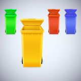 Los cubos de la basura coloreados con la tapa se abren Fotos de archivo