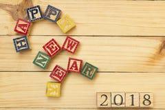 Los cubos de madera de la Feliz Año Nuevo 2018 en la tabla de madera se refrescan Foto de archivo libre de regalías