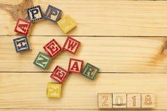 Los cubos de madera de la Feliz Año Nuevo 2018 en la tabla de madera se refrescan Imágenes de archivo libres de regalías