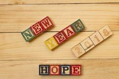 Los cubos de madera de la Feliz Año Nuevo 2018 en la tabla de madera se refrescan Fotos de archivo libres de regalías