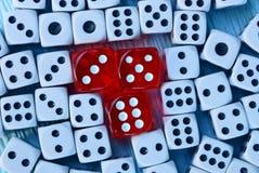 Los cubos rojos y el blanco cortan en cuadritos en la tabla Fotografía de archivo libre de regalías