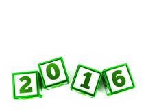 Los cubos verdes con año cambian en una tabla blanca Fotos de archivo