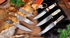 Los cuchillos de búsqueda únicos encendido wodden el fondo imagenes de archivo