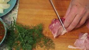 Los cuchillos del hombre al pedazo de carne grande Visión superior almacen de video