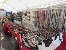Los cuchillos en la exhibición en el ` s del vendedor hacen compras en Sturgis, SD Fotografía de archivo