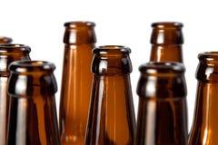 Los cuellos del vidrio marrón de las botellas de cerveza Imagen de archivo libre de regalías